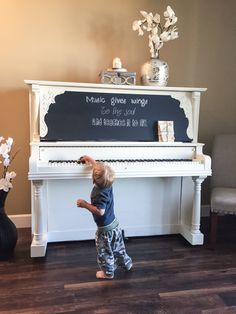 Today I'm sharing with you my own personal steps in painting my very first piano, as well as some of the speed bumbs I encountered along the way. Diy Furniture Projects, Furniture Makeover, Home Projects, Painted Pianos, Painted Furniture, Home Design, Old Pianos, Music Crafts, Piano Room
