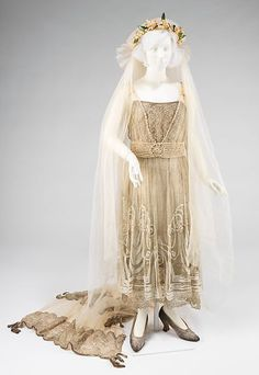 Wedding ensemble-Mademoiselle Willets Department Store: Abraham & Straus Date: 1918 Culture: American Medium: silk, metal, bugle beads, pearl, wax Vintage Inspired Dresses, Vintage Dresses, Vintage Outfits, Antique Clothing, Historical Clothing, Edwardian Fashion, Vintage Fashion, Def Not, Vestidos Vintage