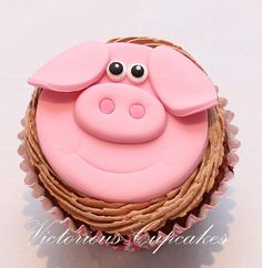 These cute farm themed cupcakes are perfect for kids, who love farm animals! Check out this collection of amazing cupcakes that were made by people from around the world. Fondant Cupcakes, Piggy Cupcakes, Piggy Cake, Fondant Toppers, Yummy Cupcakes, Cupcake Cookies, Cupcake Toppers, Pretty Cakes, Cute Cakes