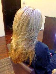 Лесенку можно делать как у самих кончиков волос, так и по всей длине – в зависимости от того, насколько мягкие и плавные ступени нужно получить
