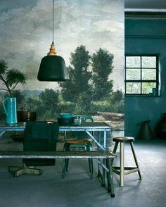 mur-bleu-canard-décor-rustique-table-à-manger-et-banquettes-en-bois-grand-vase-bleu