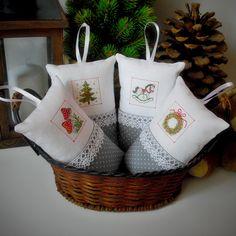 Vánoční+dekorace+Malý+bavlněný+polštářek+ozdobený+jemnou+krajkou+a+obrázkem+s+vánoční+tématikou.+Poutko+na+zavěšení.+Milá+dekorace,+která+přispěje+k+vánoční+atmosféře+a+zútulní+Váš+interiér.+Rozměr:+16+x+10+(cm)+Do+objednávky+dopište+číslo+požadovaného+polštářku+dle+fotografií.+Na+přání+mohu+zhotovit+další+kusy.+Ostatní+dekorace+je+neprodejná+a...