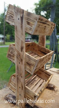 Wooden Tater Box I love what upcycyling can be done with this Pallets WoodTater Box setup. Three-tiers of terrific!I love what upcycyling can be done with this Pallets WoodTater Box setup. Three-tiers of terrific! Pallet Crafts, Diy Pallet Projects, Wood Projects, Pallet Ideas, Pallet Boxes, Deco Pizzeria, Woodworking Plans, Woodworking Projects, Woodworking Chisels