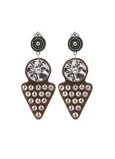 Pendientes Zemba. Creados en piel de serraje marrón adornados con discos plateados son nuestra expresión de la cultura y artesanía Himba.