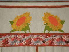 Cortininha e bandô feitos sob encomenda com medidas fornecidas pelo cliente. São duas peças separadas, um bandô e uma cortina.  No barradinho foi usado um estampadinho de patchwork.