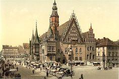 Zdjęcie: Stary Ratusz we Wrocławiu–późnogotyckibudynek nawrocławskim Rynku, jeden z najlepiej zachowanych historycznychratuszyw Polsce, zarazem jeden z głównych zabytków architektonicznychWrocławia. Ratusz znajduje się w południowo-wschodnim narożu bloku śródrynkowego (tretu). Dwukondygnacyjny, podpiwniczony, trójtraktowy budynek na planie wydłużonego prostokąta z wieżą i kilkoma przybudówkami powstał w kilku etapach budowlanych na przestrzeni około 250 lat (od schyłkuXIII w.aż po…