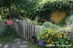 the hobbiton movie set Hobbit Land, Hobbit Houses, Hobbit Door, I Love The Lord, The Hobbit Movies, Nature Spirits, Middle Earth, Tolkien, Lotr