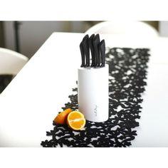 Nowoczesny i praktyczny zestaw 5 noży w białym stojaku. Ostrza noży wykonane są z wysokiej jakości stali nierdzewnej, ergonomiczne rękojeści z tworzywa. Dzięki odpowiedniemu wyprofilowaniu, wygodnie leżą w dłoni i zapewniają komfort podczas pracy. Zestaw może być również eleganckim dodatkiem w kuchni, ożywiającym jej przestrzeń.