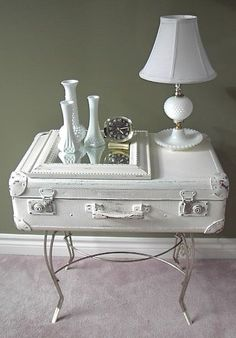 Vintage Suitcase Upcycle Dig This Design : Vintage suitcases are a great upcycle project! Old suitcases add a feeling of history to a room. As a bonus, they provide storage as well and are just plain looking awesome! You can stack them. Matched or mismat Vintage Suitcase Table, Suitcase Decor, Suitcase Shelves, Painted Suitcase, Table Vintage, Vintage Cafe, Vintage Room, Bedroom Vintage, Vintage Kitchen