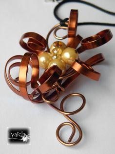 Colgante en hilo de aluminio plano,tonos marrones, ambar y cristal,se acerca el otoño!