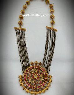 Nallapusalu Haram With Kundan Pendant photo India Jewelry, Temple Jewellery, Thread Jewellery, Jewelry Patterns, Beaded Jewelry Designs, Pearl Beads, Simple Jewelry, Jewelry Collection, Silver Jewelry