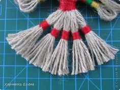 А затем разделить хвост на 5 частей ( по16 веревочек) и на одинаковом расстоянии сделать обмотку красной ниткой. Неровные концы хвоста необходимо подровнять ножницами.