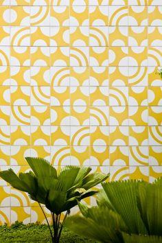 Painel de azulejos, Passarela entre os anexos I e II do Ministério das Athos Bulcão - Relações Exteriores, Palácio do Itamaraty, 1982. Brasília – DF, Brasil . Foto: Foto Edgar César Filho