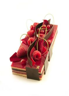 Un opéra version fruits rouges Gourmet Desserts, Mini Desserts, Plated Desserts, Dessert Recipes, Opera Cake, Decoration Patisserie, French Patisserie, Sugar Cake, Chocolate Shop