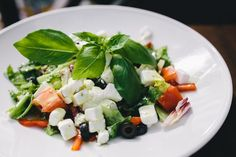 Discover Delicious Greek Cuisine at West Chester's New Restaurant, Opa Opa Spinach Salad Recipes, Easy Salad Recipes, Easy Salads, Healthy Snacks, Healthy Recipes, Eating Alone, Slimming World Recipes, Caprese Salad, Meal Planning