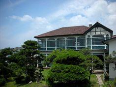 神戸・垂水区のJR塩屋駅近く。海と山が近く、潮の香りが漂う塩屋に、コロニアル様式の大きな洋館〈旧グッゲンハイム邸〉があります。イベント時のほか、毎月第3木曜日12:00~17:00に無料見学会を開催していますので、ぜひご利用ください!…