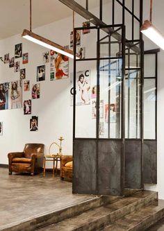 Un salón de peluquería de estilo industrial