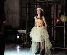 Μπρεχτ στο «Αυλαία» κι ένας συγκλονιστικός «καλός άνθρωπος του Σετσουάν» κριτική παράστασης - cityculture.gr Tulle, Skirts, Art, Fashion, Art Background, Moda, La Mode, Tutu, Skirt