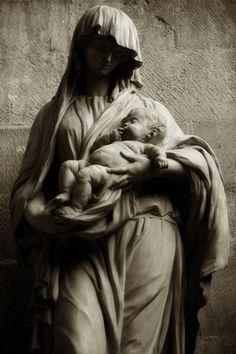 Vierge et l'enfant. #Paris #Vierge #Statue