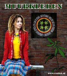 rasta meisje met wietblad wandkleed en cannabisplant.jpg