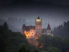We know it as the Castle of Dracula, but it actually goes by the name of Bran Castle. In the heart of Transylvania in Romania, it is the setting for Bram Stoker's Dracula Scary Places, Places To Visit, Bran Castle Romania, Dracula Quotes, Carpathian Forest, Carpathian Mountains, Places Around The World, Hotel Transylvania, Rocky Mountains