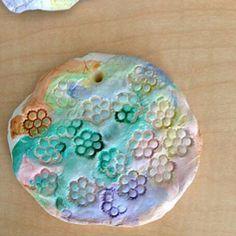 Соленое тесто или глина, отпечатки фигурных макарон и акварель. Идея и фото thealphabetacademy.com #лепка #глина #отпечатки #поделки #kidscrafts #clay #stamping