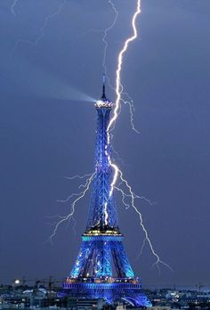 Lightning strikes the Eiffel Tower_ Paris in the rain, romantic; Paris when it thunders, watch out. Cool Pictures, Cool Photos, Beautiful Pictures, Amazing Photos, Crazy Photos, Blue Pictures, Nature Pictures, All Nature, Amazing Nature