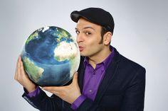 """Lest das Kaya Yanar lastminute.de-Interview unter http://bit.ly/1k0xjNY ! Als Weltenbummler unter den Comedians hat er bereits viele Länder bereist und dabei die schrägsten Abenteuer erlebt. Seine Reiseerlebnisse hat Kaya Yanar in sein brandneues Bühnenprogramm """"Around the World - wenn Kaya eine Reise tut"""" einfließen lassen. Mehr über Kaya Yanar gibt's auf seiner Website http://kaya.tv/ - Wir freuen uns über Likes und Shares :-)"""