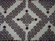 Πλακέ κέντημα με γεωμετρικά μοτίβα,με χρυσό νήμα σε χρώμα βυσσινί και στρογγυλές πετρούλες σε ιριζέ απόχρωση. Κεντημένο πάνω σε λευκό καμβά Νο 7,φάρδους 1.50. Γιούλη Μαραβέλη-Χαλκίδα Τηλ:22210 74152.