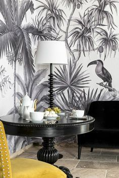 salon en gris et blanc, tendance couleur moutarde dans la déco, papier peint exotique