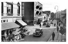 Fredrikstad Østfold fylke - Nygårdsgaten med biler - folk og forretninger 1938 Foto: Enerett Anton Olsen