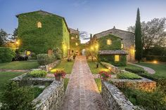 Between Umbria and Tuscany, the Borgo Bastia Creti resort offers elegant and refined accommodation surrounded by a acre park with lovely panoramic views. Cottage Wedding, Tuscan Wedding, Hotel Suites, Stone Houses, Italy Wedding, Luxury Villa, Garden Furniture, Countryside, Exterior