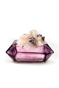Bolso de plexiglás en forma de prisma con broche de piedras y cristales, de Chanel.  Precio: 12.250€