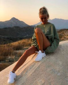You are looking for outfit inspiration? Then take a look at us! Either you are looking for casual, business, urban, classy looks, we got you covered! Legging Outfits, Leggings Outfit Summer, Yoga Outfits, Winter Leggings, Workout Outfits, Pants Outfit, Athleisure Fashion, Athleisure Outfits, Look Fashion