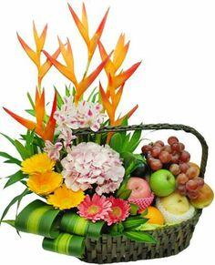 Basket fruit gardens new ideas Fruit Flower Basket, Fruits Basket, Flower Boxes, Ikebana Arrangements, Fruit Arrangements, Home Flowers, Diy Flowers, Flower Ideas, Fruit Gifts