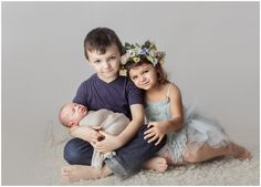 A baby and siblings timeless image during a newborn session in Rhode Island Newborn Sibling Pictures, Sibling Photo Shoots, Newborn Posing, Newborn Session, Newborn Photos, Newborn Photography Studio, Newborn Studio, Newborn Baby Photography, Rhode Island
