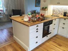 Dagen till ära överraskas frun i huset med nygräddade våfflor med hjortronsylt och grädde, samt nyplockade hallon till frukost. #interiorbyasenskvarn #husetvidån #kök #kitchen #inredningsinspiration #köksinspiration #köksinspo #lantligt #lantligtkök #lantliv #cooking #breakfast #söndagsfrukost #frukostlyx #kitcheninspo #homeinspo #heminspiration Kitchen Cart, Kitchen Island, Home Staging, Tiny House, Inspiration, Kitchens, Future, Home Decor, Cuisine Design