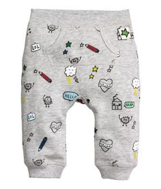Sweatpants with a pocket: Trousers in sweatshirt fabric made from a cotton blend with an elasticated waist, kangaroo pocket at the front and ribbed hems. Baby Boy Outfits, Kids Outfits, Baby Posters, Kids Fashion Boy, Winter Kids, Baby Kids Clothes, Kids Clothing, Kids Prints, Baby Boys