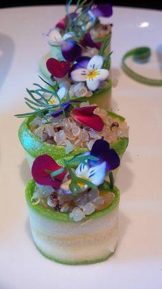 Maki Rolls di zucchina trombetta con quinoa bianca e rossa, cipolla egiziana ligure e fiori eduli