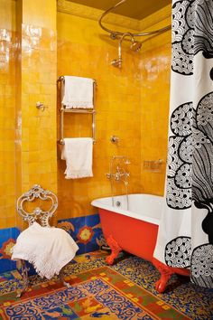 This decoration theme features usage of a burst of colors, patterns, vintage bathtub, and ethnic carpet. Checkout our latest gallery of 25 Awesome Bohemian Bathroom Design. Bohemian Bathroom, Bohemian Decor, Modern Bathroom, Small Bathroom, Master Bathroom, Paint Bathroom, Eclectic Bathroom, Bathroom Grey, Bohemian Design