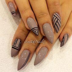 punta de stiletto en tonos grisáceos con líneas negras a mano