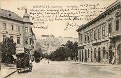 1907, Krisztina tér, Omnibusz végállomás a Krisztina körútnál.A leghátsó kocsi a Krisztina téren van aKrisztinavárosi Havas Boldogasszony plébániatemplom mellett, ami itt éppen nem látszik.Pár szó azOmnibuszról. Ennek a pontos meghatározása saját megfogalmazásom szerint: a budapesti városi tömegközlekedés legrégibb eszköze, ló vontatta jármű, amiaz autóbusz és a trolibusz őse. A legnagyobb különbség a lóvasúthoz képest, hogy nincs (azaz nem volt) zárt pályához kötve. Azaz sem sínhez, sem…