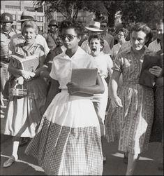 4 de Septiembre de 1957. Arkansas (EEUU) Elizabeth Eckford, es acosada al salir del colegio, después de que la Corte decretase el fin de la segregación racial en la educación.