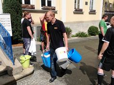 Die Ice Bucket-Utensilien werden wieder verstaut