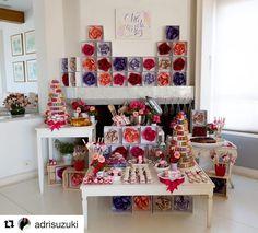 Agora a foto da mesa inteira!!! #mesasdecoradas #maymacarons  #Repost @adrisuzuki  Com MUITO carinho eu @giftchic @_jutoledo e a mãe da noivinha...montamos tudo para presentear a querida May @maymacarons com o  #chadamaymacarons  Foto @rafael_salvador  #chadecozinha #giftchic #mesadedoces #mesadecorada #maymacarons #colorful #adrianasuzuki