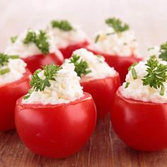 I have a million cherry tomatoes in the garden, these look delicious! Creamy Feta and Cucumber-Stuffed Cherry Tomatoes Bite Size Appetizers, Healthy Appetizers, Healthy Snacks, Healthy Eating, Healthy Recipes, Cucumber Recipes, Snacks Für Party, Weight Watchers Meals, Cherry Tomatoes