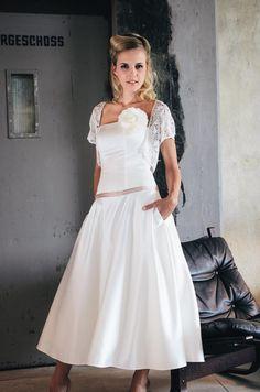 Audrey, modernes Brautkleid mit Taschen und Jäckchen | Foto: Küssdiebraut 2015