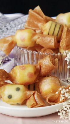 """Think of these """"candies"""" as crispy little wontons filled with cheesy goodness. Cute Food, Good Food, Yummy Food, Tasty Videos, Food Videos, Healthy Dinner Recipes, Appetizer Recipes, Appetizers, Easy Cooking"""