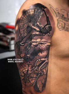 Um bem detalhada manga tatuagem com uma mensagem poderosa. A tatuagem mostra uma pessoa em uma viagem por todo o globo, completa, com mapas e bússola para guiar seu caminho. Vários cenários também reproduzir em fundo, mostrando a pessoa que quer conquistar o mundo.