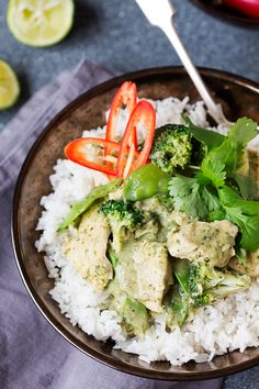 A fresh, fragrant and light-but-creamy Thai chicken curry. Only 500 cals per serving INCLUDING rice (226 cals without). Less than 2 syns per serving on Slimming World Extra Easy.